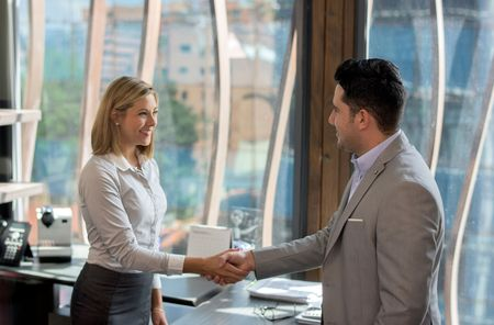 business-woman-greeting-a-client-488533522-579a43b13df78c32763101ff
